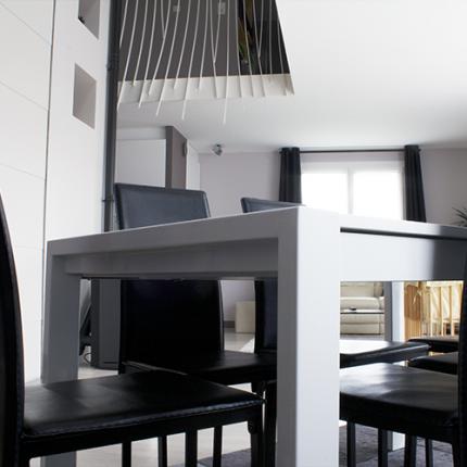 Vide sur séjour, intérieur lumineux cuir noir & blanc velour.