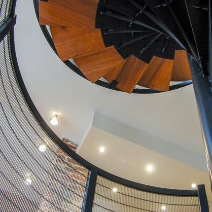 Escalier hélicoïdal, marches en chêne sur structure métal laquée et garde-corps en maille d'inox, création cabinet F.Michaud, Vincennes, collaboration